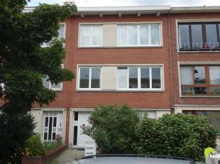 In de gegeerde Oosterveld wijk in Wilrijk vinden we dit gerenoveerde appartement op de eerste verdieping van een klein gebouw.<br /> We komen binnen i
