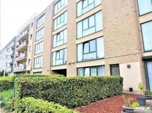 Dit ruim en lichtrijk appartement bevindt zich op de 3e verdieping van een rustig gebouw met lift.<br /> We betreden het appartement via de inkomhoek.