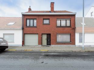 Ruime woning met uitweg vlakbij het centrum te Rollegem-Kapelle, bakkerij, slagerij, apotheker, openbaar vervoer, scholen, ... . Dit eigendom heeft op