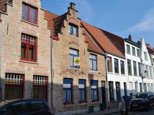 Deze charmante zeer goed onderhouden woning in Brugge is gelegen dicht bij een groene omgeving (nabij Koningin Astridpark) en tal van andere voorzieni