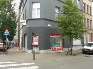 handelsruimte van circa 60 m² met kleine keuken en sanitair.