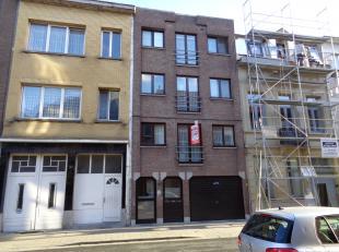 Goed gelegen opbrengsteigendom met drie appartementen (CA 70m² bwb) + grote garage, alles verhuurd.<br /> Prima gelegen, nabij winkels, scholen e