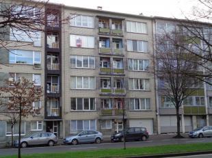 Dit goed gelegen appartement op de vierde verdieping, omvat een inkom en nachthal met ingemaakte kasten,  zeer aangename living met een volledig inger