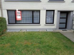 Zeer goed onderhouden en instapklaar gelijkvloers appartement met 2 slaapkamers en tuin.<br /> Het appartement omvat een inkomhal (5m²) met apart
