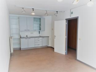 Zeer goed gelegen handelsgelijkvloers / kantoor of vrij beroep (voorheen dokterskabinet) met een oppervlakte van ca 95m², vlakbij openbaar vervoe