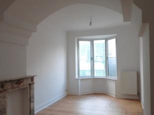 Je staat versteld als je éénmaal binnen bent in dit appartementsgebouw.Dit gezellig appartement met de charme van weleer, kan uw thuis w