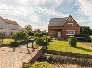Cette belle maison avec jardin potager, grand jardin bien entretenu et garage spacieux est idéal pour les personnes qui aiment la verdure. Lors