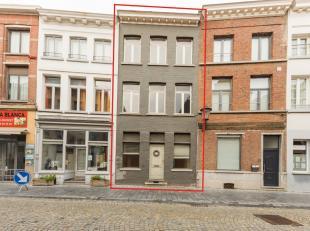 In een autoluwe straat nabij de Grote Markt van Mechelen vind je deze charmante woning terug. Het bruisende centrum van Mechelen ligt op slechts 1 min