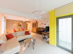 Vous serez émerveillé une fois entré dans cet appartement situé au rez-de-chaussée, car il est beaucoup plus grand