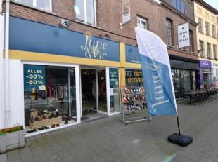 Beschrijving Commercieel gelegen(verbindingsstraat Bruul - IJzerleen) handelspand in het centrum van Mechelen. Het handelspand heeft over de ganse bre