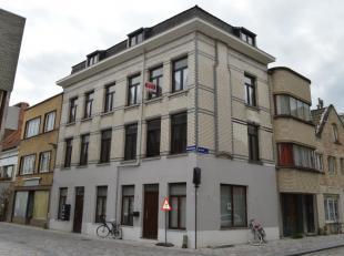 Beschrijving Dit mooi gerenoveerd appartement ligt in het midden van het centrum, en bestaat uit , inkom, open keuken en leefruimte, 2 slaapkamers, ba