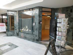 Handelspand ( 81 m²) met kelderruimte en ondergrondse parkeerplaats gelegen in de winkelgalerij Vivaldi in Lommel.<br /> <br /> Deze galerij is g