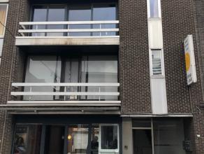 Een gelijkvloerse handels- of kantoorruimte gelegen op een zichtbare locatie in het centrum van Lommel.<br /> <br /> € 70 / maand voorschot verwarming