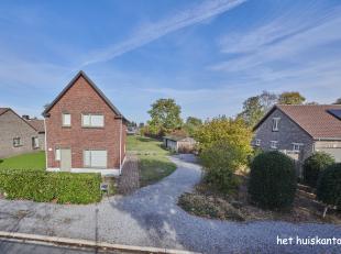 Rustig gelegen woning ( 145 m² )  met 3 slaapkamers , ruime keuken en een grote tuin op een perceel van 1710 m².