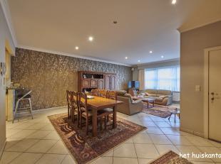 Gelijkvloers appartement ( 105 m² ) met 2 slaapkamers, ruim terras en ondergrondse garagebox in het centrum van Lommel.<br /> <br /> De gemeensch
