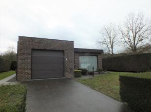 Rustig gelegen, gelijkvloerse bungalow met 2 slaapkamers, een inpandige garage en ruime tuin.