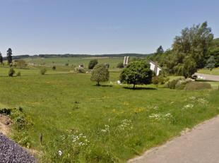Rustig gelegen, ruim bouwperceel van 1366 m² voor open bebouwing met een straatbreedte van 28,79 m in de Ardennen, nabij de grens in Luxemburg en