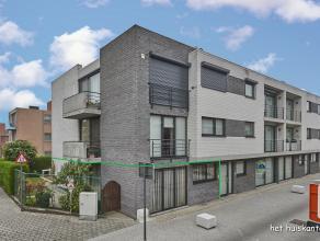 Gelijkvloers appartement ( 100 m² ) met 2 slaapkamers en een ondergrondse autostaanplaats + berging in het centrum van Lommel.<br /> Het appartem