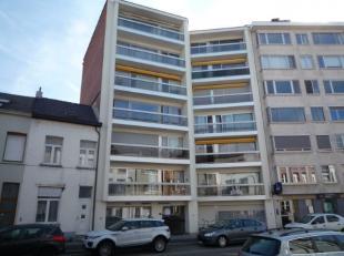 Ruim APPARTEMENT met 2 slaapkamers, lift, terras, private kelder. Nabij Vrijbroekpark en op wandelafstand van het Centrum. Indeling: inkomhal met inbo