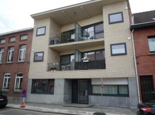 Mooi, appartement op 1ste met 1 slaapkamer en terras. Inkomhal, WC, living met open ingerichte keuken met toog, badkamer (ligbad, lavabo meubel), 1 gr
