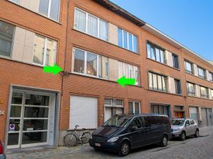 Huis met drie appartementen. Centraal gelegen in de historische stadskern. Aan de Dijle, vlakbij de Bruul, Kruidtuin en Dijlepad. Nabij openbaar vervo