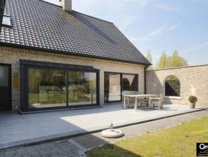 Recente en zeer riante villa op ongeveer 1500 m². <br /> Zeer trendy leefruimte van 60 m² m met moderne open keuken die beide via ruim terra