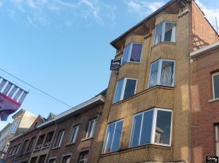 Gezellig appartement met de charme van weleer kan uw thuis worden indien u minder belang hecht aan de omkadering van het gebouw.Is gelegen op de derde