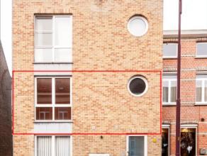 Instapklaar appartement van 95m², bevattende : ruime inkomhal met gastentoilet, leefruimte in L-vorm met semi-open keuken en terras, aparte waspl