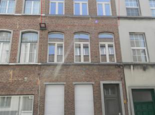 Instapklaar duplex-appartement in voormalig herenhuis. Bevat : inkom/traphal, leefruimte, volledig ingerichte keuken, 2 slaapkamers, badkamer met ligb