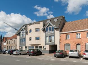 In een kleinschalige residentie, huisvest momenteel dit gelijkvloersappartement (155m²) met volgende indeling:<br /> GELIJKVLOERS:<br /> Aparte i