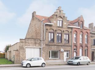 Op centrale ligging in het centrum van diksmuide, huisvest deze statige woning met volgende indeling:<br /> GELIJKVLOERS:<br /> Ruime inkomhal (18,6m&