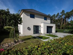 Vrijstaande villa met inpandige garage in hedendaagse stijl en achterliggend perceel bos<br /> Troeven<br /> ·Perceel volledig omheind met toeg