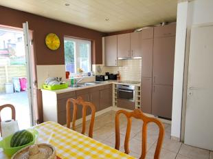 Leuke instapklare woning te koop! Deze ruime rijwoning heeft een grote leefruimte met een open keuken, tuin en 2 slaapkamers. De vaste trap naar de zo