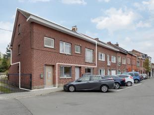 Duplex gelegen in een rustige straat te Mechelen, in de nabijheid van warenhuizen,scholen,het grote en kleine station. Er zijn twee slaapkamers aanwez