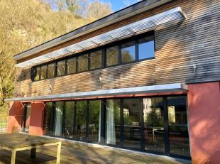 Charmante villa en ossature bois de 180m², construite en 2009, située dans une vallée verdoyante tout en restant à proximit&