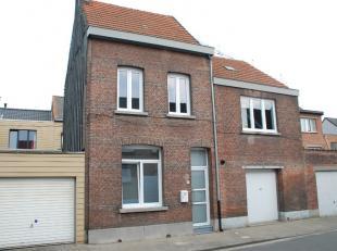 Zeer rustig gelegen gezinswoning nabij het centrum van Boom bestaande uit: -1:  KELDER; GLVL: een inkomhall met ingemaakte kasten, een ingerichte keuk