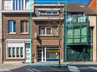 Zeer centraal en commercieel gelegen instapklare handelswoning bestaande uit: -1: een droge KELDER; GLVL: een handelsruimte (voorheen een frituur), ee