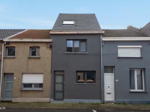 Uiterst gunstig gelegen en volledig instapklare woning bestaande uit: GLVL: een inkomhall, een apart toilet, een ingerichte keuken, een berging en een