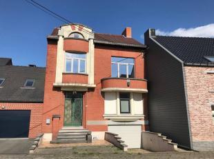 Charmante maison type bel étage idéalement située proche du centre de Quevaucamps elle comprend, Au sous sol: un vaste garage ave