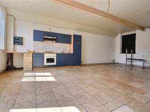 Maison à louer comprenant:<br /> Rez-de-chaussée: Hall d'entrée, beau séjour avec cuisine ouverte (four, taque gaz, hotte,