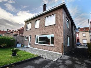 MOUSCRON - Grande maison robuste avec accès latéral et jardin :<br /> - Rez-de-chaussée : hall avec escalier, premier salon de 20