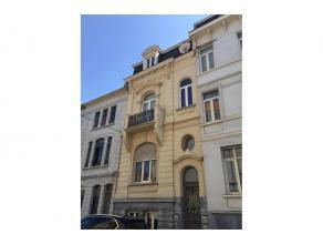 Vlakbij het historisch centrum van Gent vinden we dit 2 slaapkamerappartement. Het ruime appartement omvat naast de 2 slaapkamers, een aangename leefr