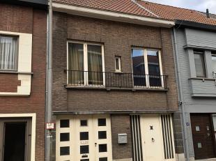 Deze te renoveren woning staat in een rustige straat op 10 min fietsen van Gent-centrum.<br /> De woning is volledig uit beton en klassiek metselwerk