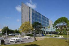 Gelegen langs de Ring van Brussel, aan afrit Anderlecht Industrielaan, op de grens van de gemeenten Vorst, Anderlecht en Drogenbos, valt dit gebouw op