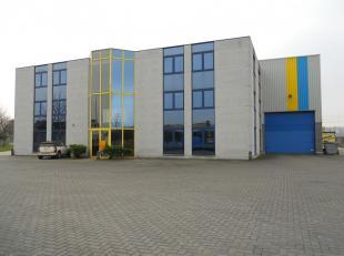 De opslagruimte heeft een oppervlakte van 2.300 m² en een vrije hoogte van 11 meter voorzien van een rolbrug 8 ton. Loskade met 4 grote toegangsp