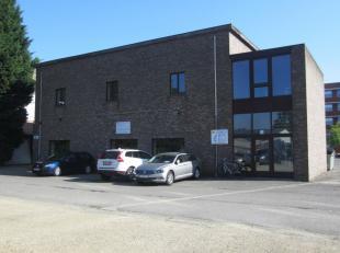 Kantoor van 330 m² met kleine magazijnruimte te huur. <br /> <br />  Gelegen op de gelijkvloers in een gebouw met eenindustriële uitstrali