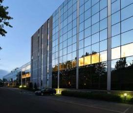 Op de grens van de gemeenten Vorst, Anderlecht en Drogenbos, valt dit gebouw op door zijn diamant-vorm. Een prestigieus en indurkwekkend atrium, moder
