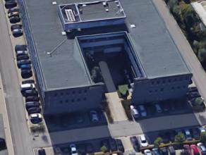 Dit modern kantoorgebouw geniet van veel visibiliteit vanop de autostrade. <br /> <br />  Opsplitsbaar per verdieping. <br /> <br />  Voorzieningen: <