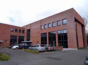 Een van de meest opvallende kantoorgebouwen langs de Rijksweg. Het is een kantoorzone van 3.000m², waar onder andere de kantoren van BNP Paribas-