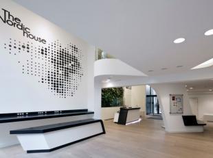 Het gebouw is gelegen in het hart van de Leopoldwijk en is zeer gemakkelijk bereikbaar met het openbaar vervoer (bus, metrostation Trône en het